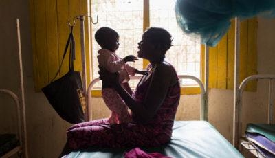 Imagen de una joven refugiada con un bebé