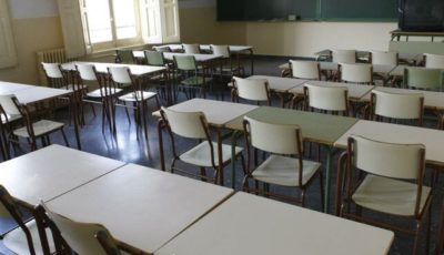 imagen de las mesas vacías de un aula