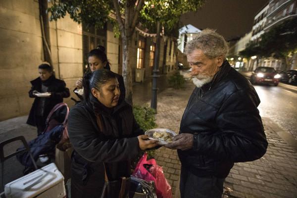Gabriela ofrece platos de arroz a las puertas del Samur Social de Madrid