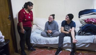 Imagen de Gabriela con la pareja a la que acoge en su casa