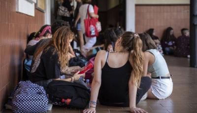 un grupo de alumnas en la entrada de un Instituto