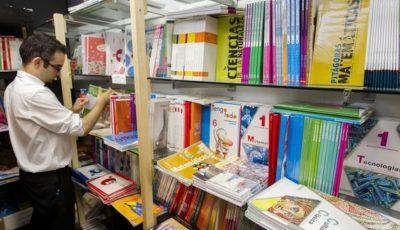 un joven ante libros de texto en una librería