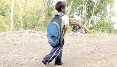 Imagen de un joven con una mochila