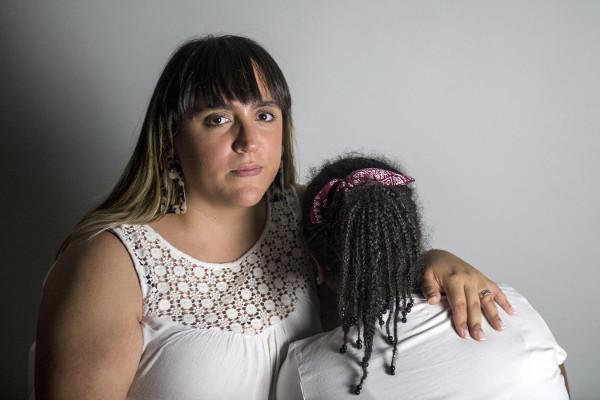 Imagen de la madre y la niña (de espaldas) que sufrió el acoso