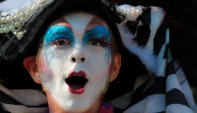 un joven actor maquillado