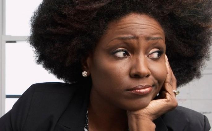 Imagen de una mujer de color con cara de aburrimiento