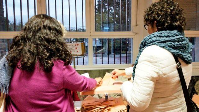 Imagen de Carla y Marta votando