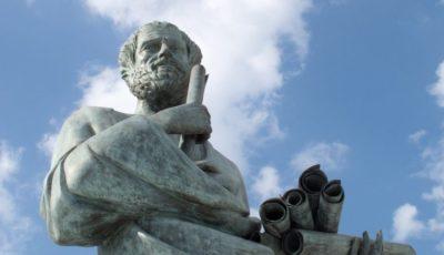foto de la estatua de un filósofo