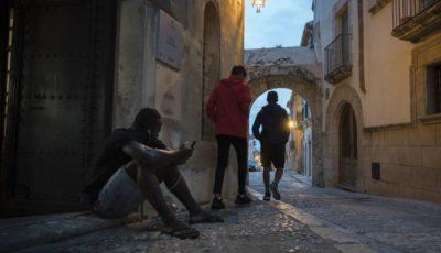 imagen de tres jóvenes inmigrantes