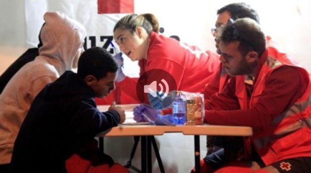 personal de Cruz Roja con varos menores inmigrantes