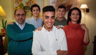 Imagen de Driss con su familia española