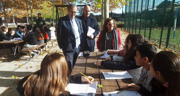 Imagen del consejero Ossorio con un grupo de jóvenes