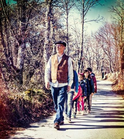 Profesor de la escuela rural de Las Rozas de Puerto Real con alumnos por un camino