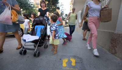 Imagen de una madre con un carrito de bebé