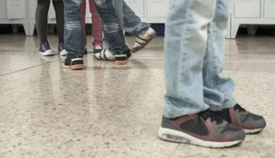 imagen de los pies de un grupo de jóvenes y otro par solo apartado