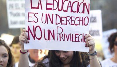 imagen de una manifestación con la pancarta la educación es un derecho