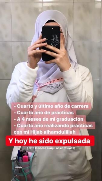 Imagen de la joven expulsada ante un espejo