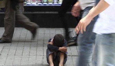 imagen de un niño pidiendo en la calle