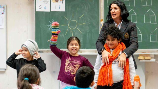 Imagen de unos refugiados en una escuela en Austria