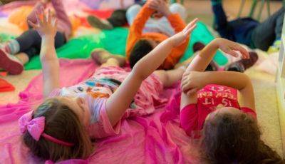 imagen de varios alumnos de una clase de infantil tumbados en telas