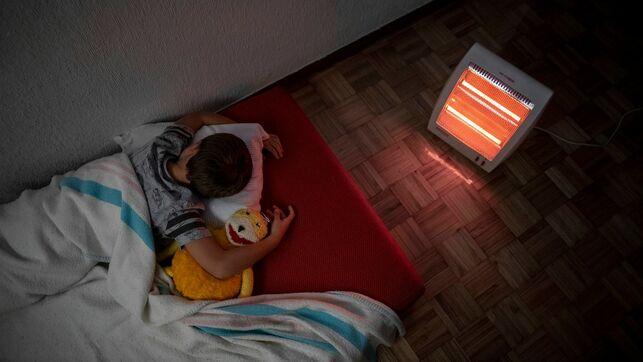 imagen de un niño durmiendo delante de una estufa