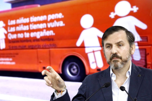 Imagen del presidente de Hazte Oir delante de su autobús