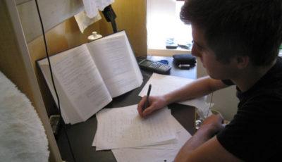 Imagen de un joven estudiando