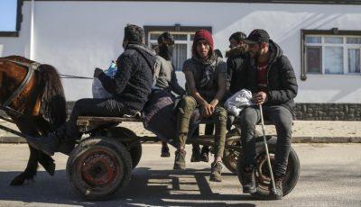 grupo de migrantes en un carro en la frontera entre Grecia y Turquía