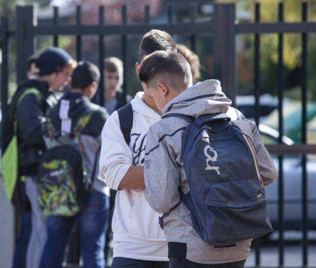 Imagen de varios jóvenes en el patio de un IES