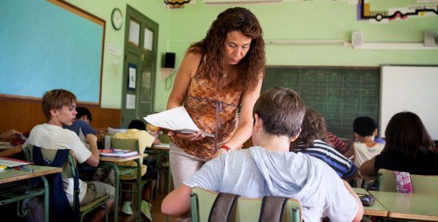 Imagen de una maestra en una escuela