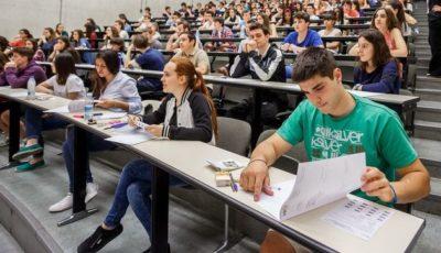Jóvenes en un aula universitaria
