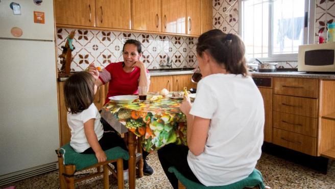 imagen de dos mujeres y una niña en una cocina