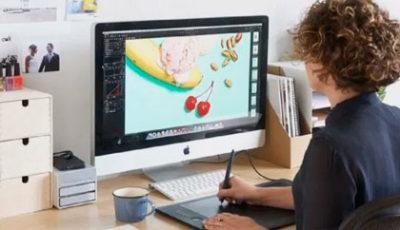 imagen de una joven en un ordenador
