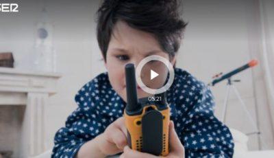un niño con un walkie talkie