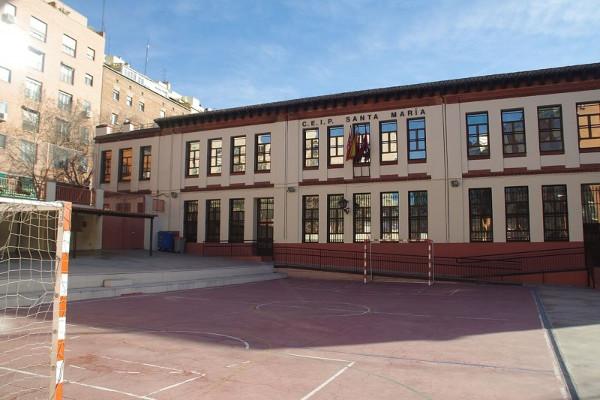 Imagen del patio vacío de un colegio