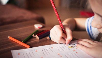 una niña dibuja con colores