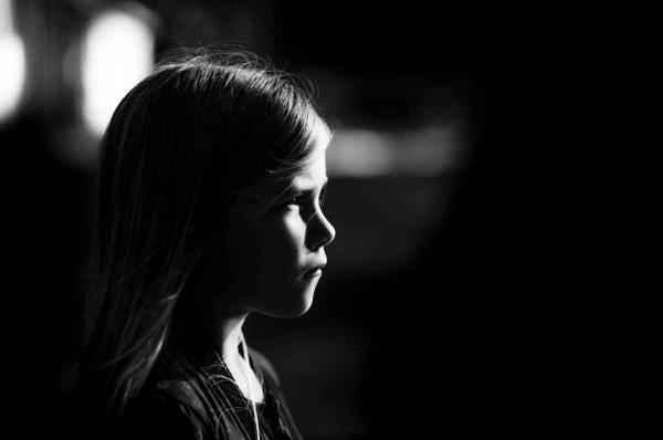 imagen de una niña en blanco y negro