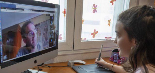 una nena delante de un ordenador