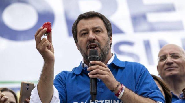 Imagen de Salvini con una fresa en la mano