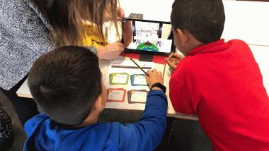 dos niños en un ordenador