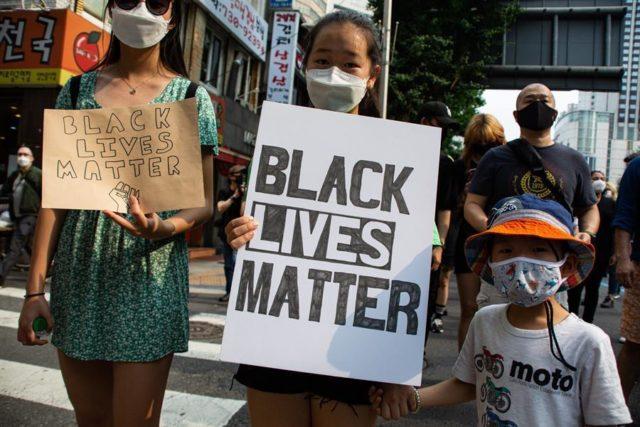 varias jovenes asiáticas en una protesta antirracista