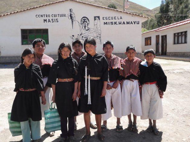 un grupo de jóvenes bolivianos