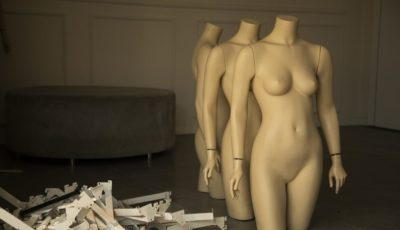 imagen de varios maniquíes desnudos en fila