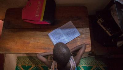 un niño de color estudia en una mesa