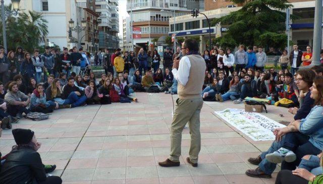 imagen de un profesor dando una clase al aire libre