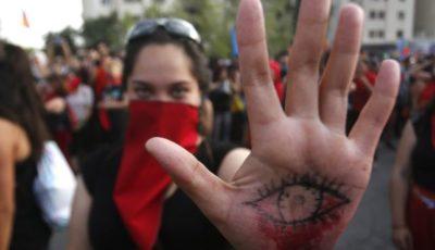 una joven en una protesta en Chile