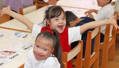 imagen de dos nenas en una escuela