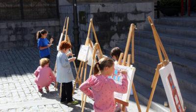 unos niños pintando en la calle