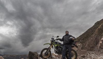 Zamalloa con su moto encima de una montaña