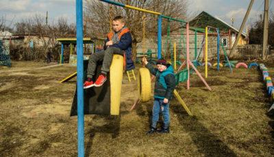 niños ucranianos en unos columpios
